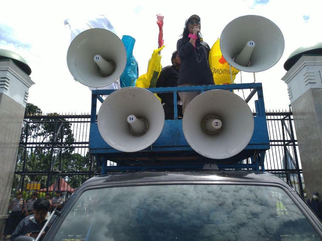 Demo Tolak Omnibus Law di DPR, Orator Sebut Jokowi Beri Ilusi ke Rakyat