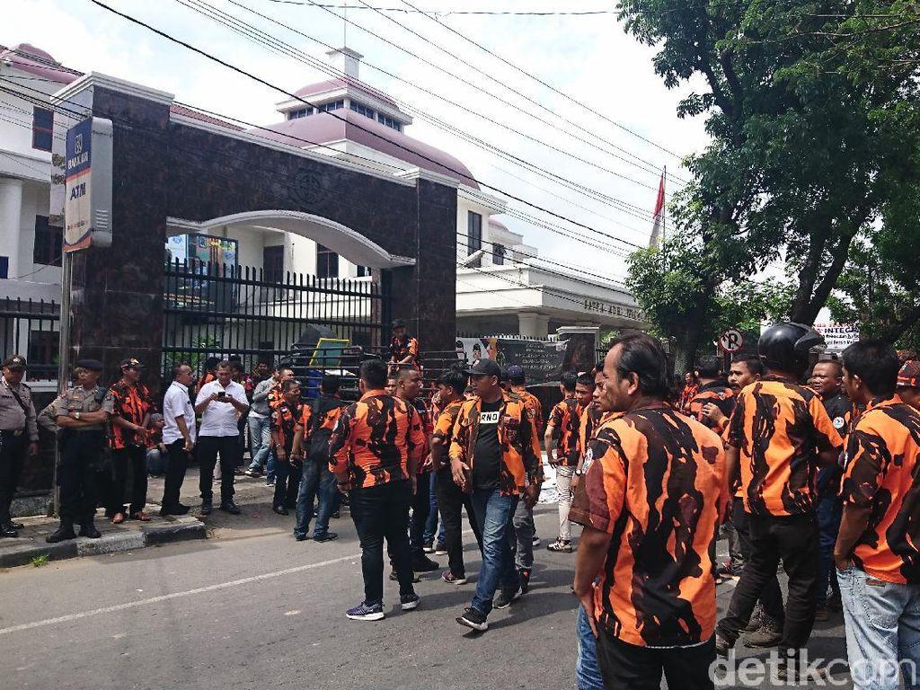 Massa PP Demo di Depan Kejati Sumut, Lalin Macet