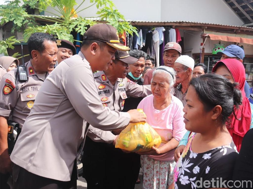 150 Polisi Kerja Bakti Bantu Warga Banyuwangi yang Terdampak Banjir