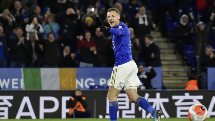 Leicesters Jamie Vardy celebrates after scoring his sides second goal from the penalty spot during the English Premier League soccer match between Leicester City and Aston Villa at the King Power Stadium, in Leicester, England, Monday, March 9, 2020. (AP Photo/Rui Vieira)