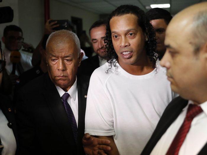 Ronaldinho ditangkap oleh pihak kepolisian saat berkunjung ke Paraguay pada Kamis (5/3/2020) lalu. Legenda sepakbola Brasil itu diduga menggunakan paspor palsu.