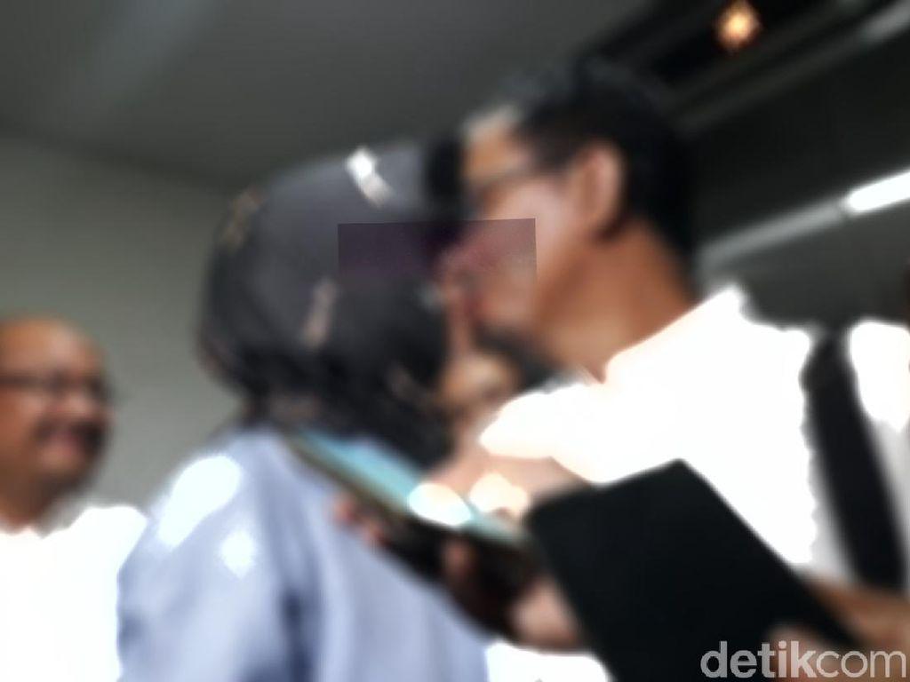Keluar dari Tahanan, Eks Dirut Pertamina Karen Kecup Mesra Sang Suami