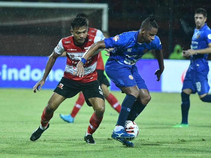 Pesepak bola Madura United (MU) Asep Berlian (kiri) membayangi pesepak bola Persiraja Banda Aceh Vanderlie Francisco (tengah) dalam laga Shopee Liga 1 di Stadion Gelora Madura Ratu Pamelingan (SGMRP) Pamekasan, Jawa Timur, Senin (9/3/2020). Pertandingan tersebut berakhir imbang 0-0. ANTARA FOTO/Saiful Bahri/ama.