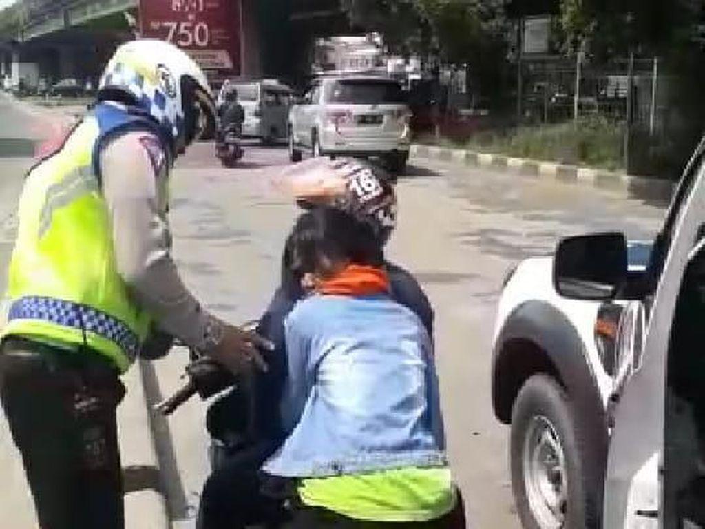 Polantas Bantu Evakuasi Wanita Pingsan di Motor di Cengkareng