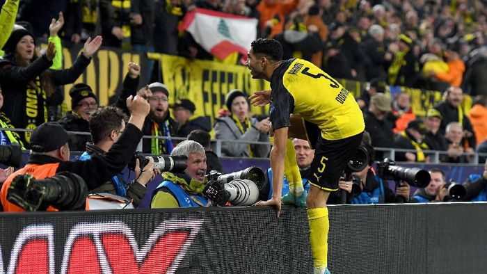 DORTMUND, GERMANY - NOVEMBER 05: Achraf Hakimi of Borussia Dortmund celebrates after scoring his teams third goal during the UEFA Champions League group F match between Borussia Dortmund and Inter at Signal Iduna Park on November 05, 2019 in Dortmund, Germany. (Photo by Jörg Schüler/Getty Images)
