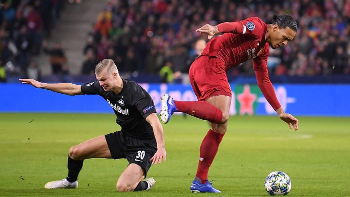 SALZBURG, AUSTRIA - DECEMBER 10: Virgil van Dijk of Liverpool goes past Erling Haland of Red Bull Salzburg  during the UEFA Champions League group E match between RB Salzburg and Liverpool FC at Red Bull Arena on December 10, 2019 in Salzburg, Austria. (Photo by Michael Regan/Getty Images)
