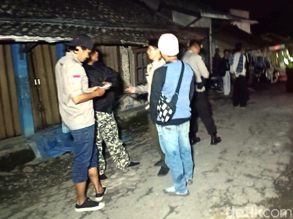 Khawatir Gempa Susulan, Warga Sukabumi Berkumpul di Jalan