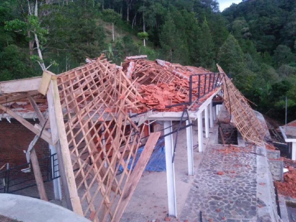 Bangunan Rest Area Air Terjun Dholo Rusak Diterjang Angin Kencang