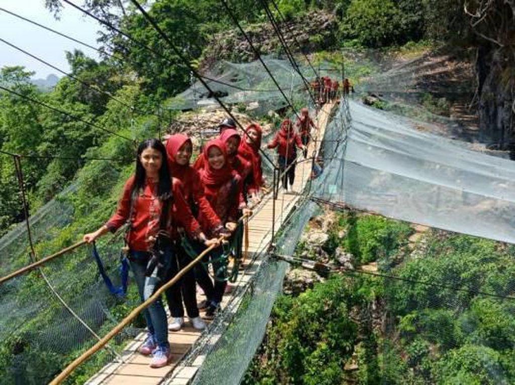 Meniti Jembatan Gantung Keren di Kerajaan Kupu-kupu