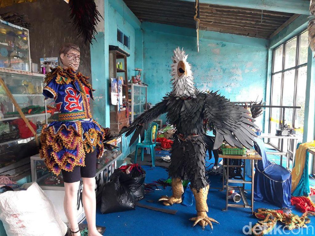 Kisah Para Perajin Kostum Reog dari Lereng Merapi