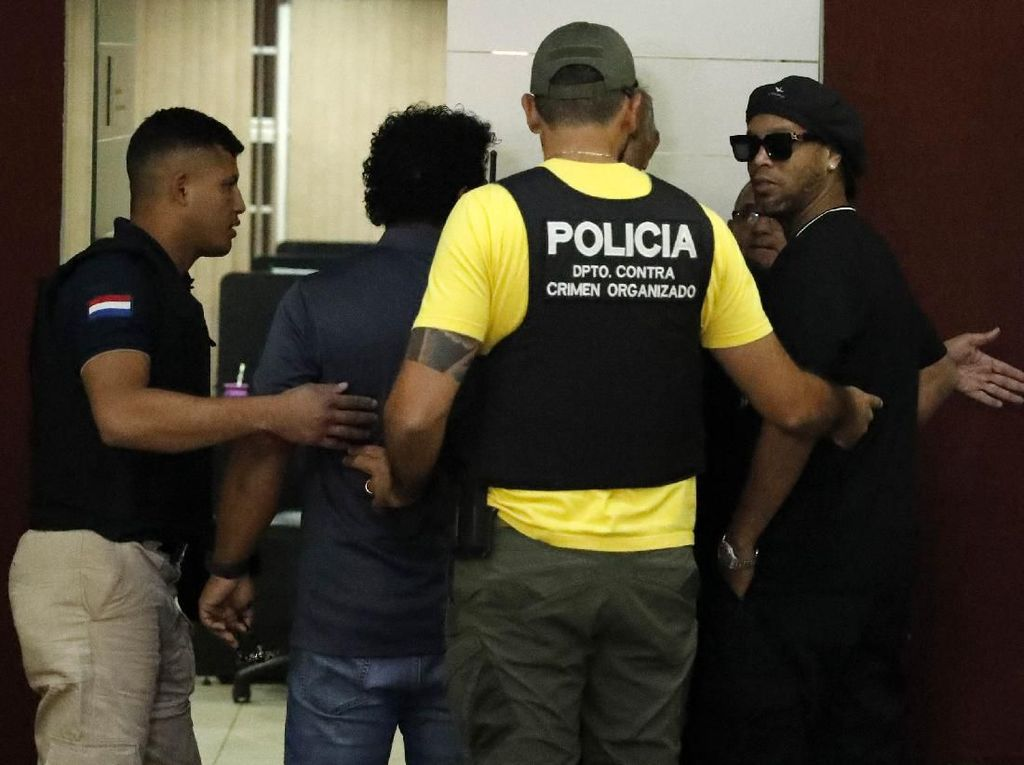 Messi Ogah Bantu Bebaskan Ronaldinho dari Penjara?