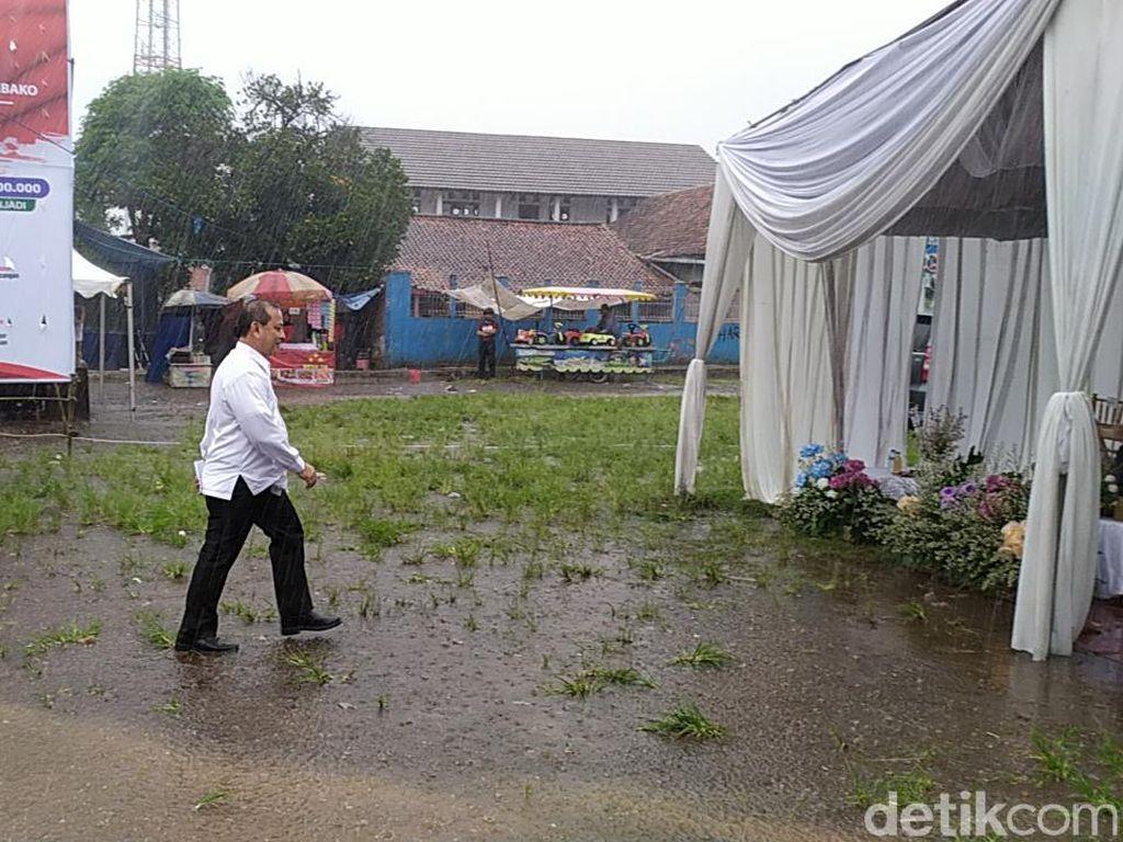 Di Tengah Hujan, Mensos Salurkan Bantuan Sembako Nasional di Cianjur