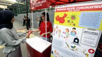 Bagi-bagi Hand Sanitizer Gratis di Stasiun MRT Jakarta