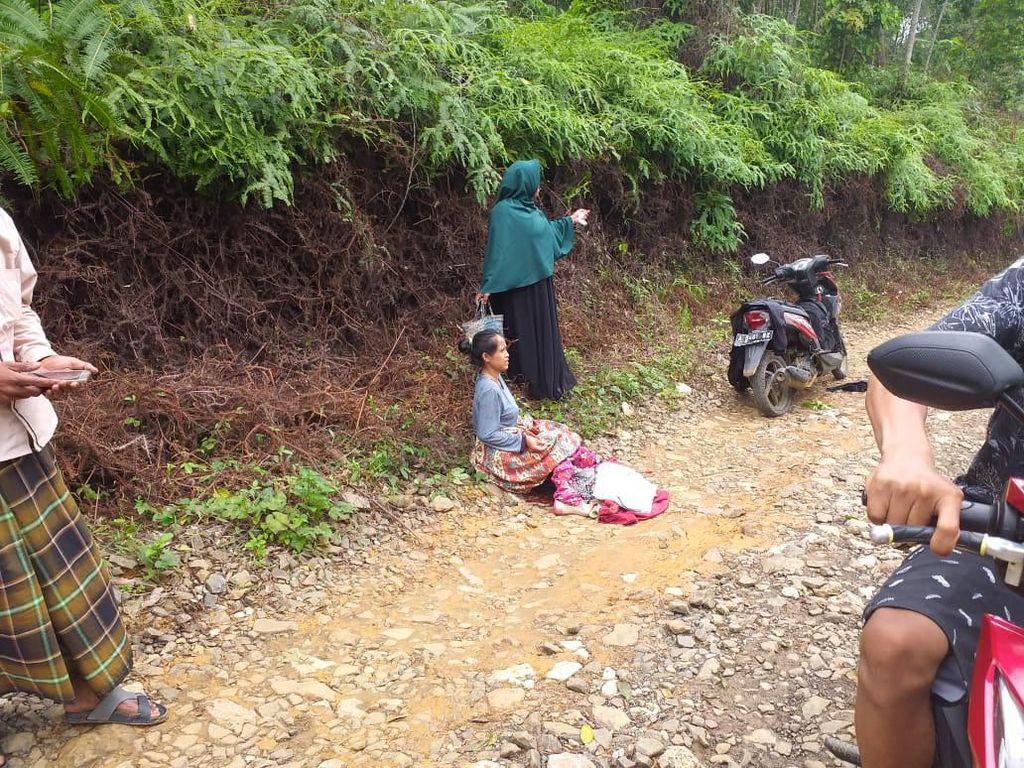 Akses ke Puskesmas Sejauh 20 Km, Warga Lebak Melahirkan di Jalan Rusak