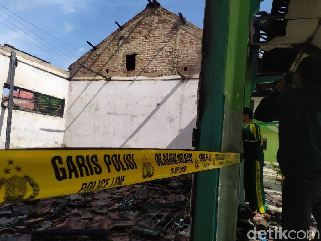 Kebakaran Sekolah di Mojokerto Ludeskan 23 Komputer, Ujian 35 Siswa Direlokasi