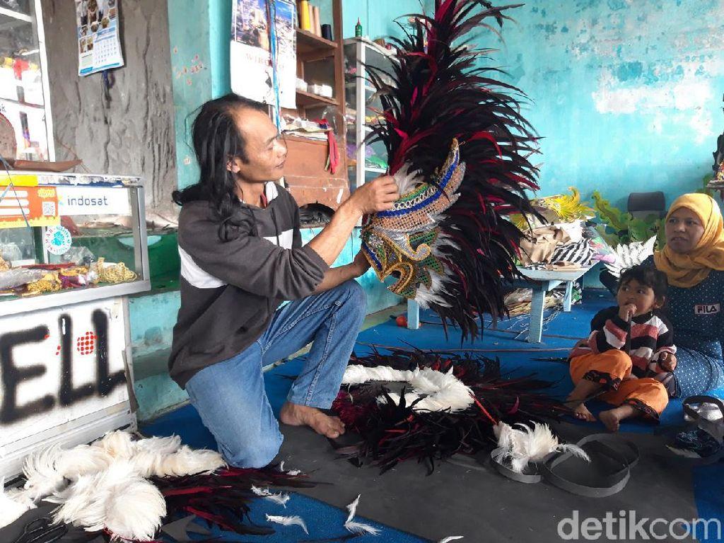 Mereka yang Melestarikan Kostum Reog di Lereng Merapi