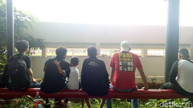 Dukung PSM dari Celah Tembok Stadion Madya