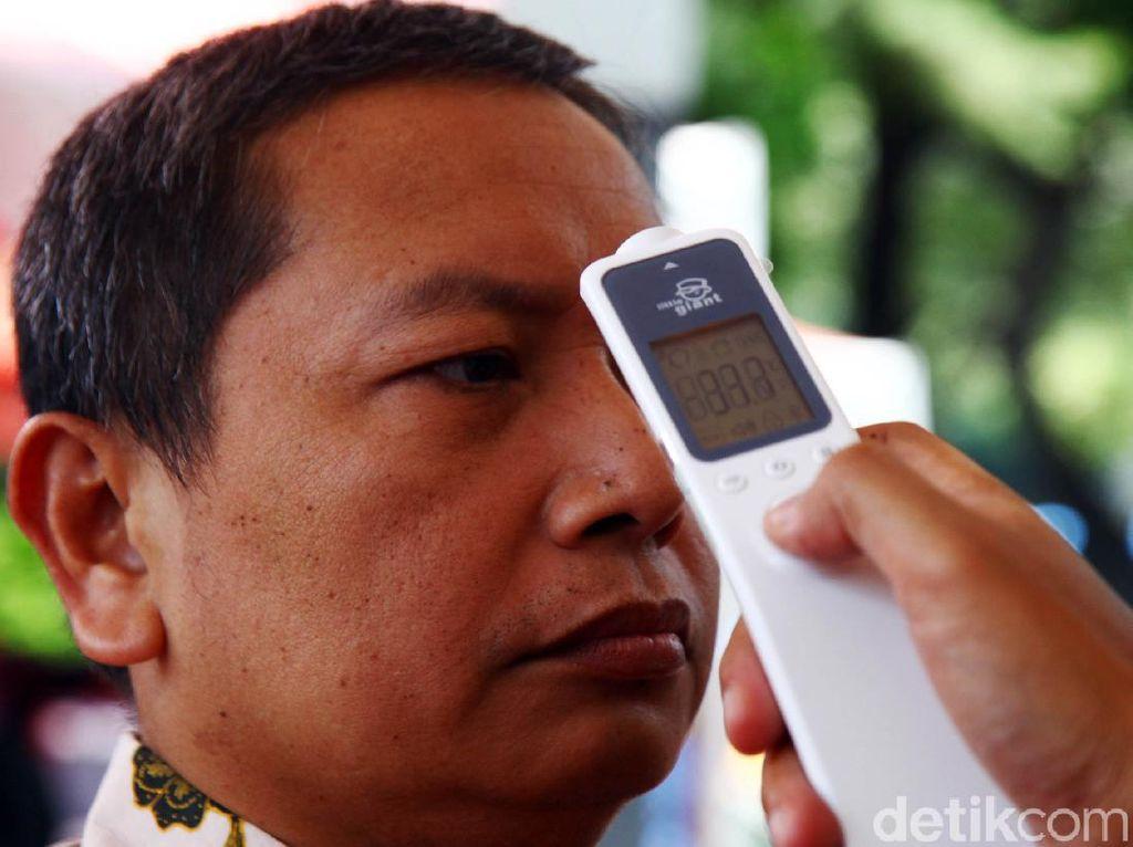 Polisi Cek Suhu Tubuh Pengunjung Samsat Polda Metro Jaya
