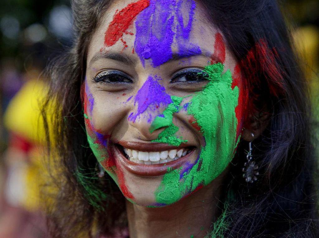 Keseruan Perang Bubuk Warna-warni di Festival Holi India