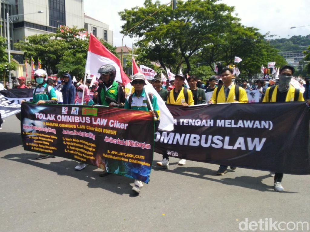 Tolak Omnibus Law, Buruh dan Mahasiswa Geruduk DPRD Jateng