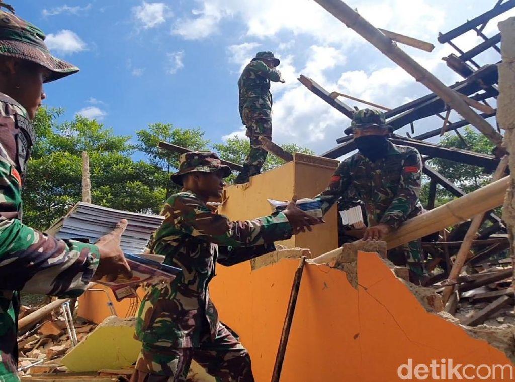 Terjunkan 2 SSK di Gempa Sukabumi, TNI Evakuasi Material Rumah Ambruk