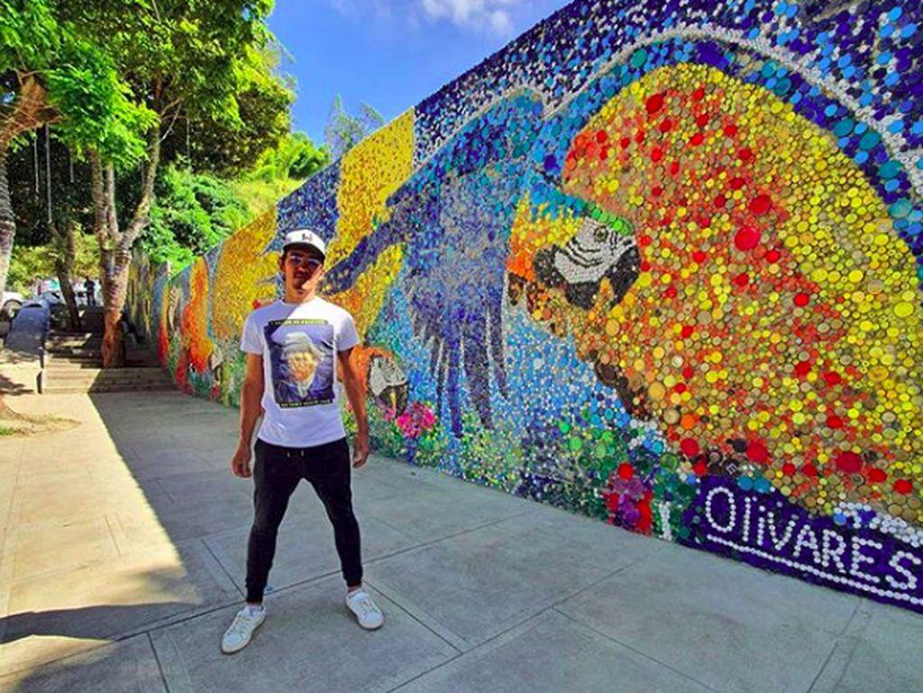 Keren! Seniman Ini Ciptakan Mural dari Ratusan Tutup Botol