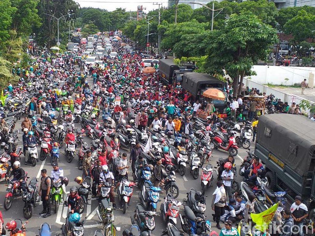 Massa Tolak Omnibus Law Enggan Berunding Bareng Gubernur dan DPRD Jatim