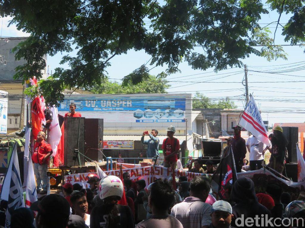 Buruh Demo Tolak Omnibus Law di Kantor Gubernur Sulsel, Lalin Macet