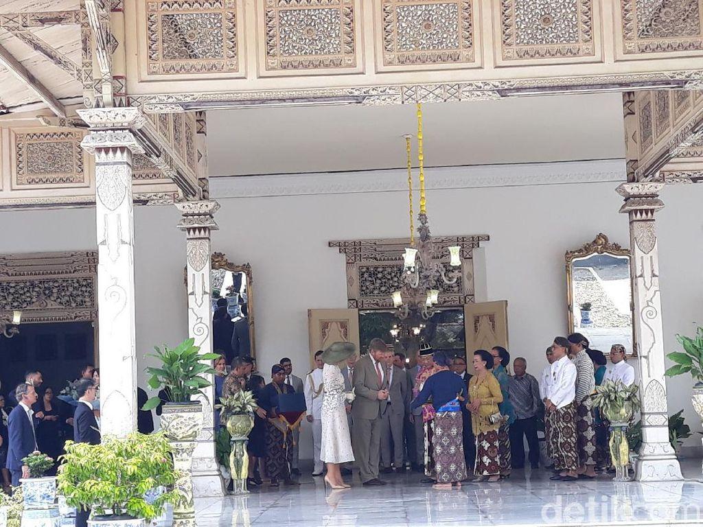 Sultan HB X Hadiahi Raja Belanda Blangkon Perak