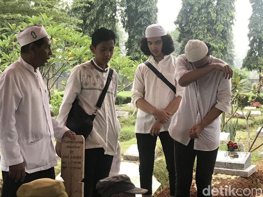 Anak Menangis saat Rama Aiphama Dikebumikan