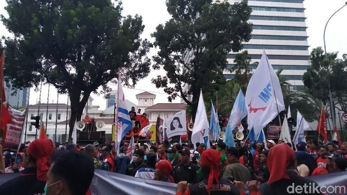 Massa Buruh Jakarta Demo Tolak Omnibus Law di Depan Balai Kota DKI