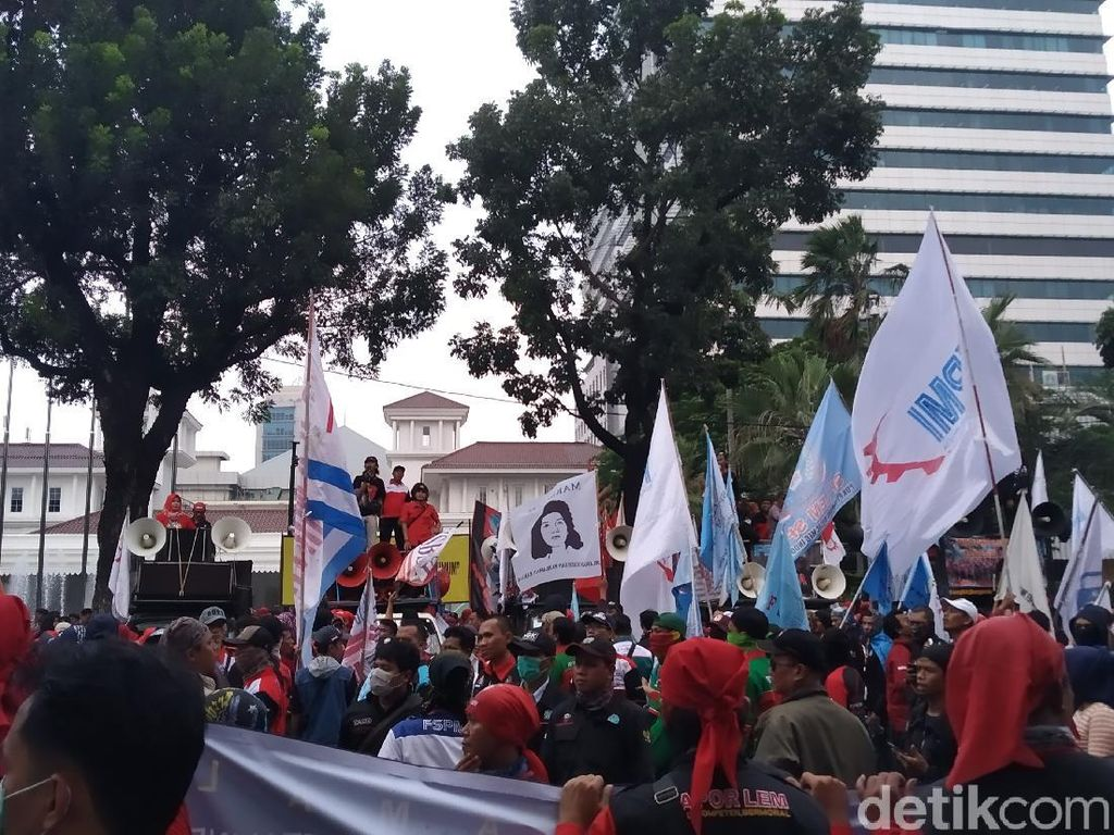 Buruh Geruduk Balai Kota-DPRD DKI, Tolak Omnibus Law Cipta Kerja
