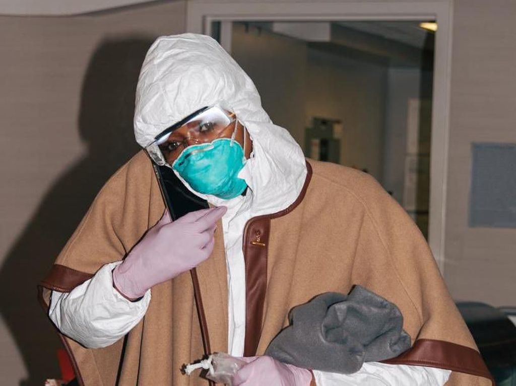 Takut Corona, Naomi Campbell Naik Pesawat Pakai Baju Antivirus