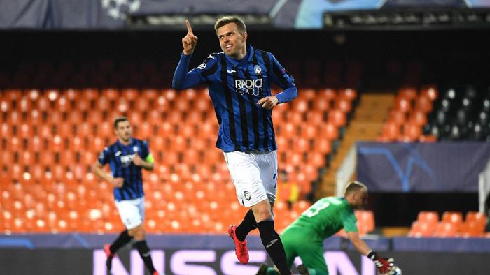 VALENCIA, SPAIN - MARCH 10: Josip Ilicic of Atalanta ceebrates after he scores his sides fourth goal during the UEFA Champions League round of 16 second leg match between Valencia CF and Atalanta at Estadio Mestalla on March 10, 2020 in Valencia, Spain. (Photo by UEFA Pool/Getty Images)
