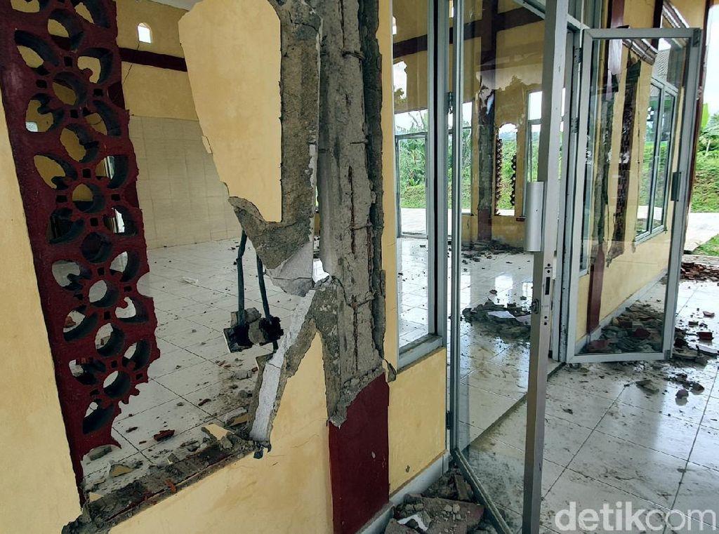 Asrama Rusak Akibat Gempa, Santri Ponpes Sukabumi Tidur di Lapangan