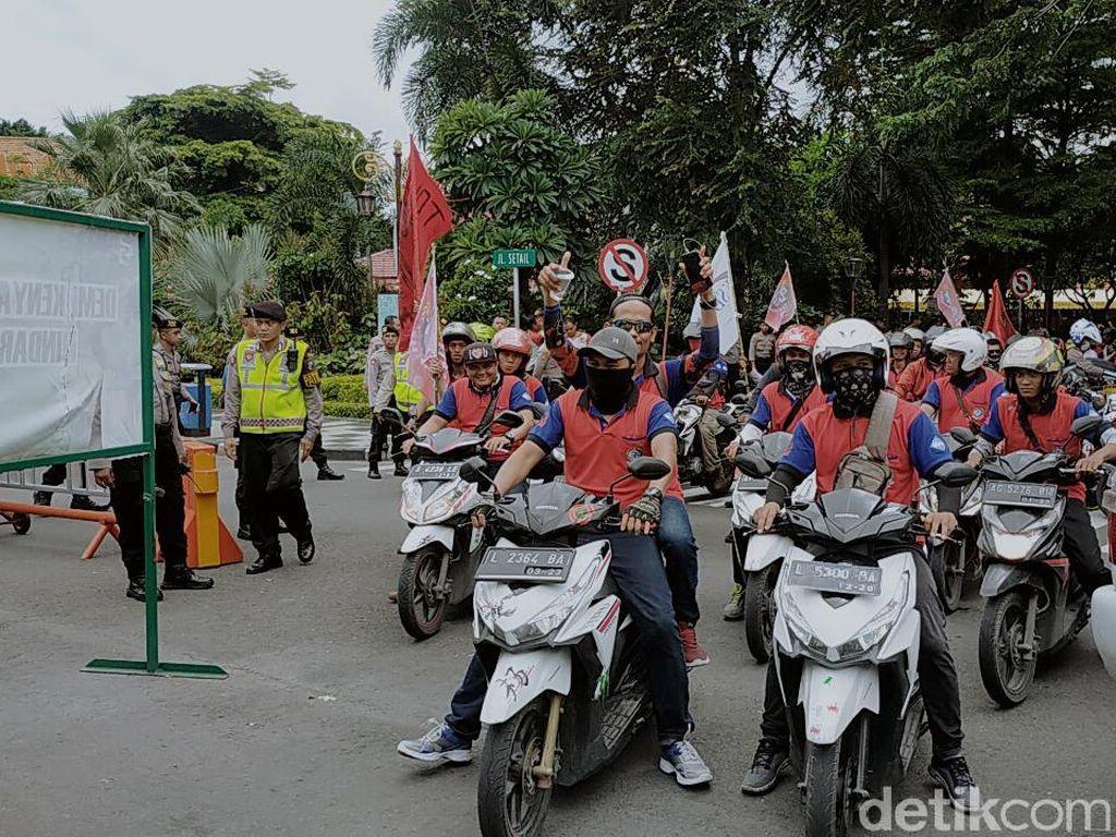 Hendak ke Grahadi, Massa Buruh di KBS Berbalik ke Bundaran Waru