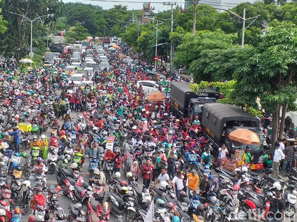 Tak Hanya Orasi, Massa Tolak Omnibus Law di Surabaya Akan Deklarasi