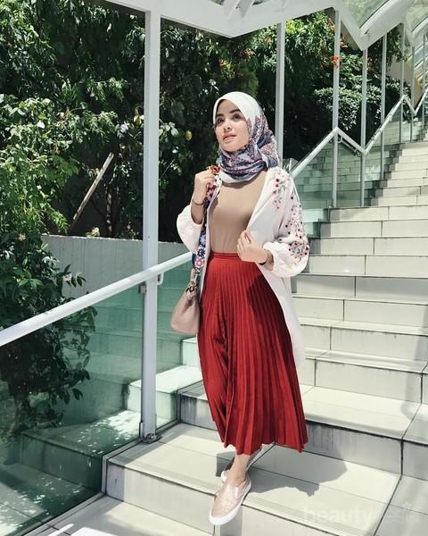 Wearable Banget Ini Gaya Hijab Ala Vebby Palwinta Yang Bisa Kamu Ikuti