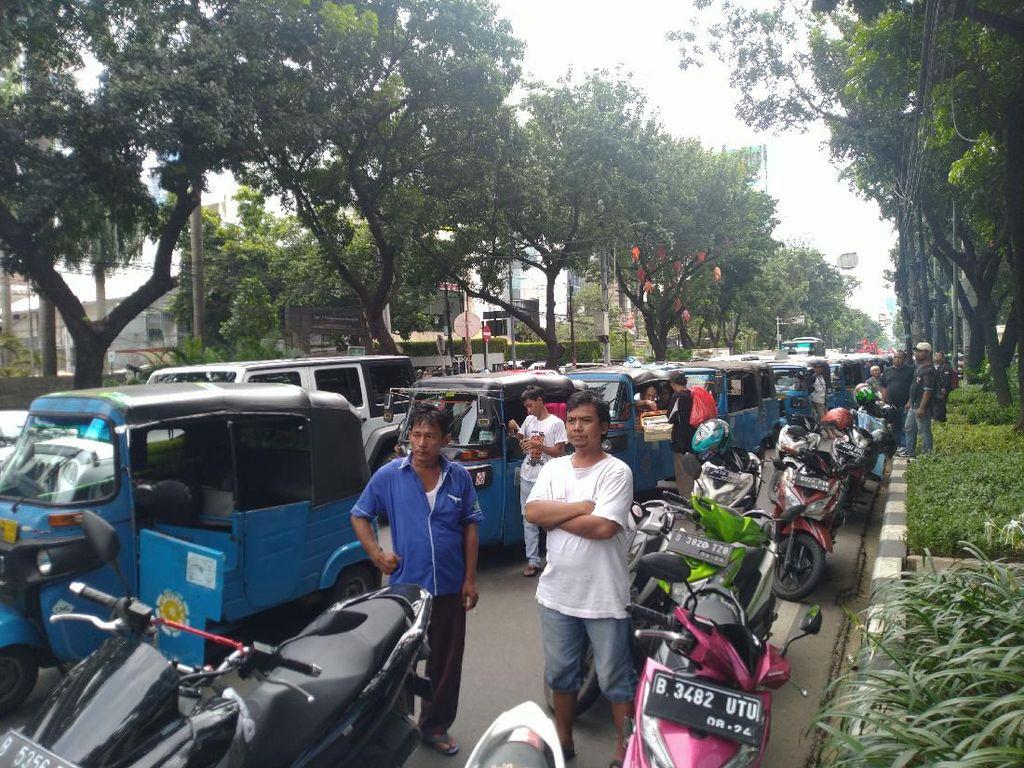 Demo Tolak Omnibus Law Geser ke DPRD DKI, Lalin Jalan Kebon Sirih Macet