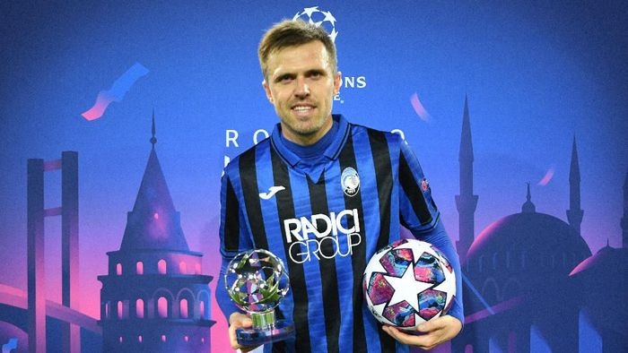 VALENCIA, SPAIN - MARCH 10: Josip Ilicic of Atalanta recieves the man of the match award and also the match ball after he scores all 4 goals of the match for his team during the UEFA Champions League round of 16 second leg match between Valencia CF and Atalanta at Estadio Mestalla on March 10, 2020 in Valencia, Spain. (Photo by UEFA Pool/Getty Images)