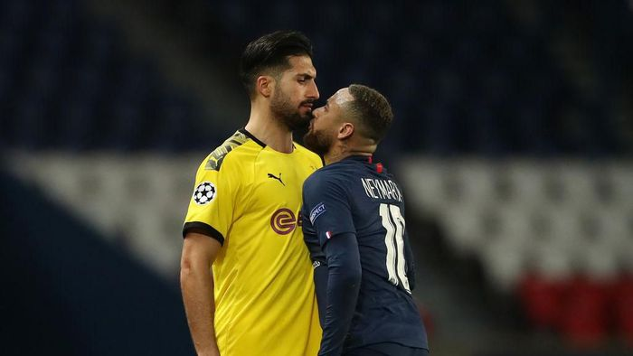PARIS, FRANCE - MARCH 11: (FREE FOR EDITORIAL USE) In this handout image provided by UEFA, Neymar of Paris Saint-Germain and Emre Can of Borussia Dortmund clash during the UEFA Champions League round of 16 second leg match between Paris Saint-Germain and Borussia Dortmund at Parc des Princes on March 11, 2020 in Paris, France. The match is played behind closed doors as a precaution against the spread of COVID-19 (Coronavirus).  (Photo by UEFA - Handout/UEFA via Getty Images)