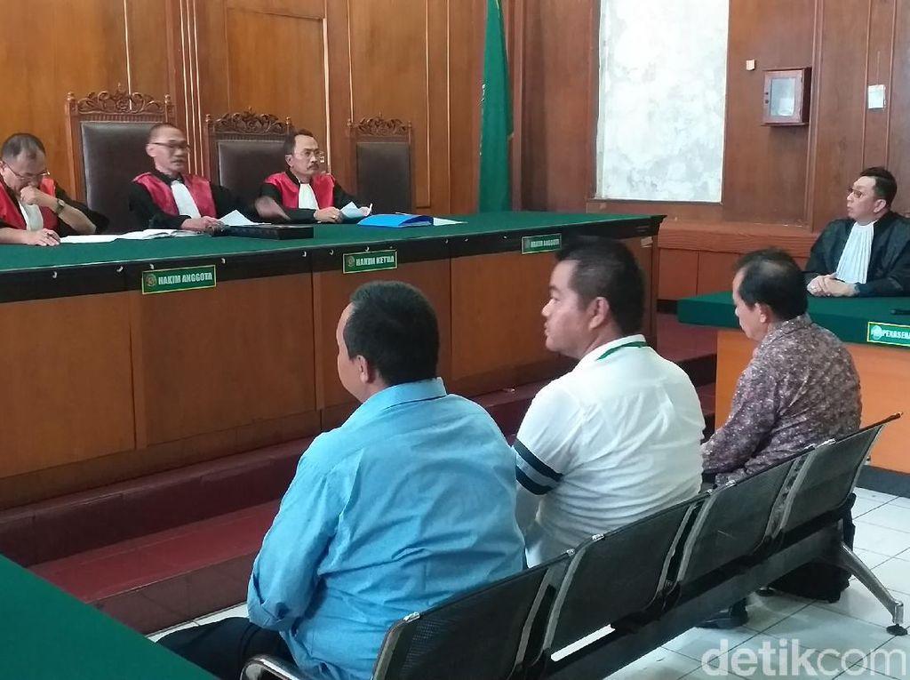 Enam Terdakwa Kasus Jalan Gubeng Ambles Divonis Bebas