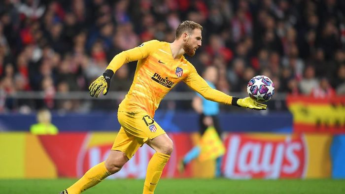 MADRID, SPAIN - FEBRUARY 18: Jan Oblak of Atletico Madrid in actioin during the UEFA Champions League round of 16 first leg match between Atletico Madrid and Liverpool FC at Wanda Metropolitano on February 18, 2020 in Madrid, Spain. (Photo by Michael Regan/Getty Images)