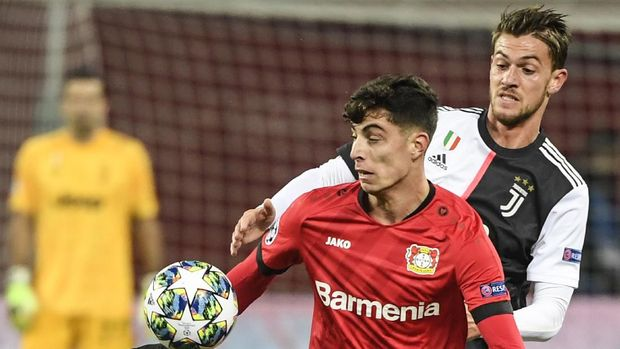 (FILES) In this file photo taken on December 11, 2019 Leverkusen's German midfielder Kai Havertz (Front) and Juventus' Italian defender Daniele Rugani vie for the ball during the UEFA Champions League Group D football match between Bayer Leverkusen and Juventus in Leverkusen, western Germany. - Juventus defender Daniele Rugani tested positive for coronavirus the club annnounced late on March 11, 2020. (Photo by INA FASSBENDER / AFP)