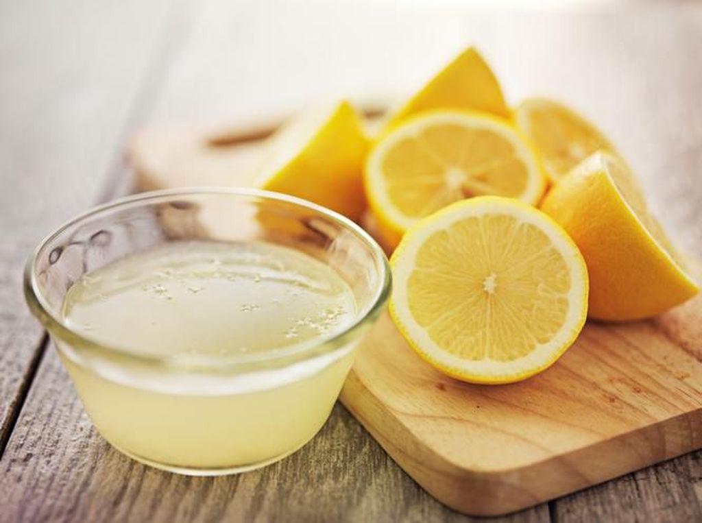 Cara Praktis Memeras Lemon Tanpa Dikupas, Gampang Banget!