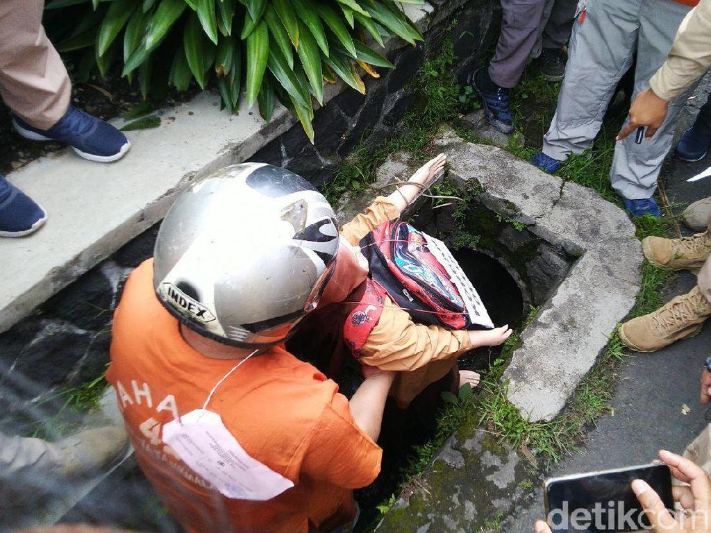 Ngeri! Begini Detik-detik Ayah Buang Mayat Delis ke Gorong-gorong