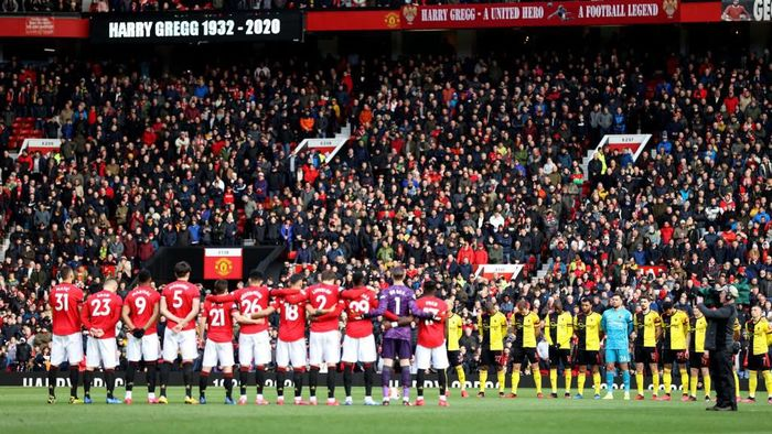 MANCHESTER, ENGLAND - FEBRUARY 23: Players, officials and fans take part in a minute of silence for former Manchester United player Harry Gregg prior to the Premier League match between Manchester United and Watford FC at Old Trafford on February 23, 2020 in Manchester, United Kingdom. (Photo by Clive Brunskill/Getty Images)