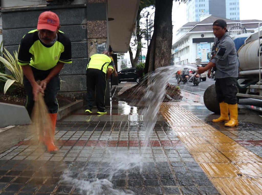 Petugas Bersihkan Pusat Kota Bandung Jelang Festival Asia Afrika