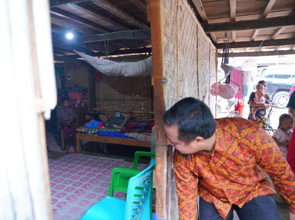 Kunjungi Bocah Tulang Punggung Keluarga, Wagub Sulsel Janji Buatkan Sumur