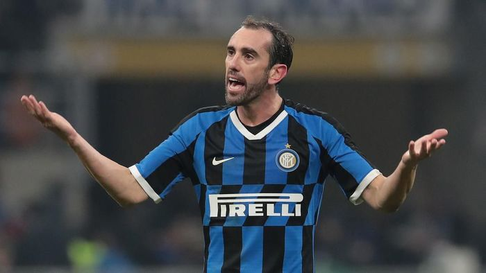 MILAN, ITALY - DECEMBER 06:  Diego Godin of FC Internazionale gestures during the Serie A match between FC Internazionale and AS Roma at Stadio Giuseppe Meazza on December 6, 2019 in Milan, Italy.  (Photo by Emilio Andreoli/Getty Images)